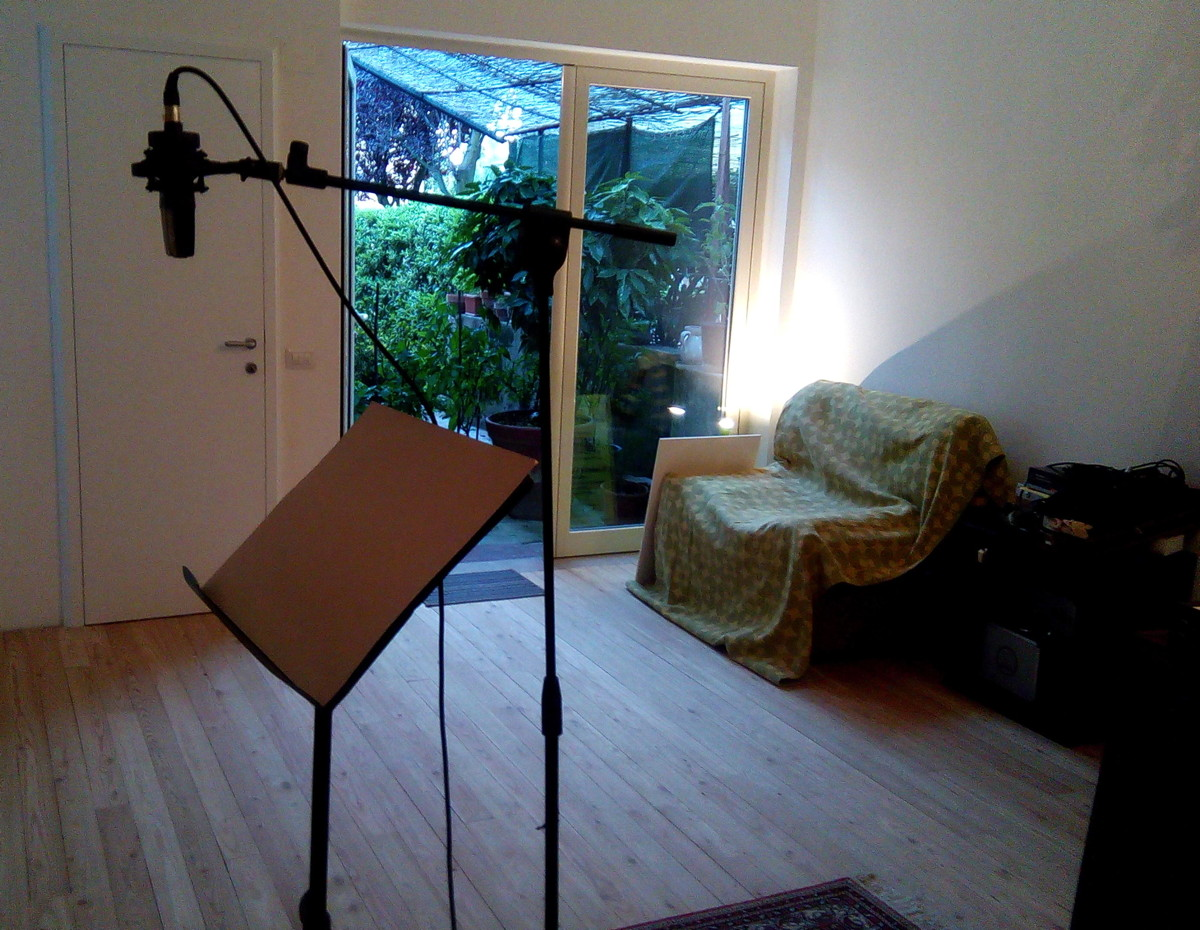 dac6b034c18f Lo spazio è pensato come luogo di lavoro, non è il classico e tradizionale  studio di registrazione, bensì un luogo aperto con accorgimenti sonori ed  ...